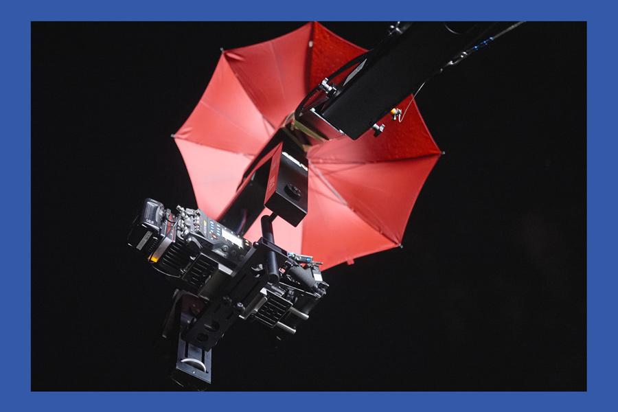 Arri-Kamera auf Kran unter Regenschirm